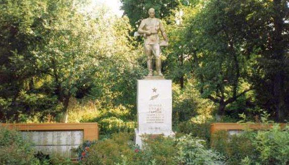 с. Прилепы Хомутовского р-на. Памятник у школы, установленный на братской могиле, в которой захоронено 382 советских воинов, в т.ч. 142 неизвестных.