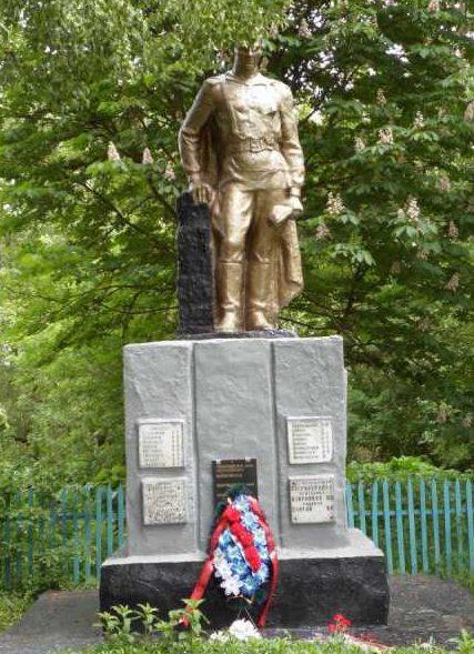 с. Романово Хомутовского р-на. Памятник, установленный на братской могиле, в которой захоронено 220 советских воинов, в т.ч. 15 неизвестных.