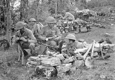 Порция рома для согревания на позиции. Кампобассо, Италия, октябрь 1943 г.