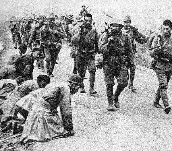 Китайские крестьяне приветствуют японских оккупантов. 1937 г.