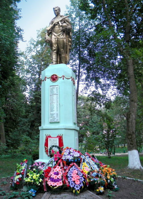 п. Хомутовка Братская могила воинов. Памятник, установленный на братской могиле, в которой захоронено 515 советских воинов, в т.ч. 416 неизвестных.