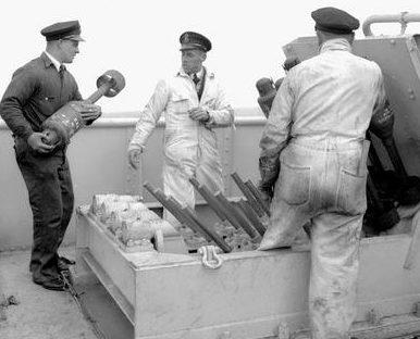 Заряжение противолодочного миномета «Еж» на корвете HMCS «North Bay». Ноябрь 1943 г.