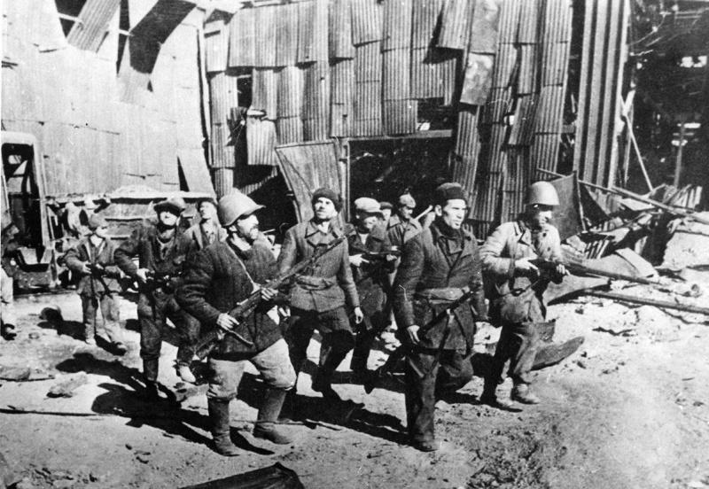 Ополченцы Сталинградского тракторного завода. Сентябрь 1942 г.