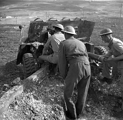 Расчет 76-мм противотанкового орудия канадского 1-го артиллерийского полка у итальянской деревни Кампобассо. Ноябрь 1943 г.