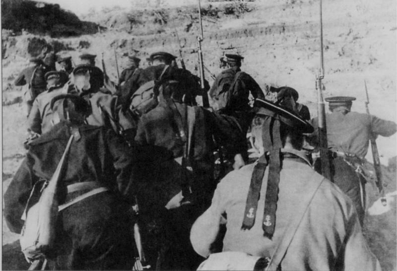 Моряки волжской флотилии высаживаются в Сталинграде. Сентябрь 1942 г.
