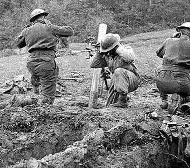 Канадские солдаты ведут огонь из миномета в районе реки Сангро в Италии. Ноябрь 1943 г.