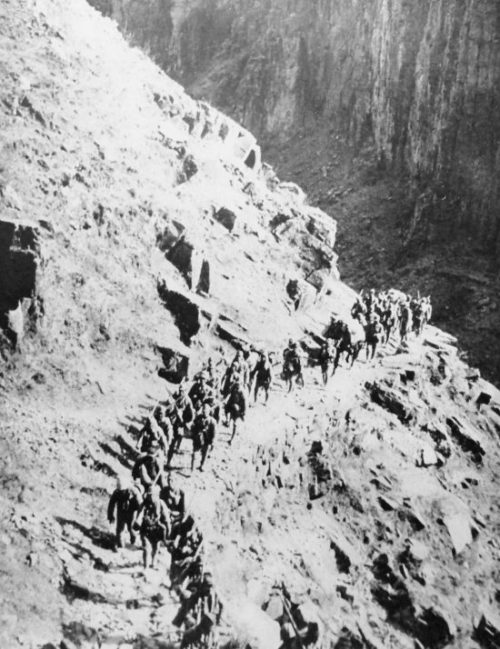 Японские солдаты на марше по горному хребту Тайханшань в Китае. 1938 г.