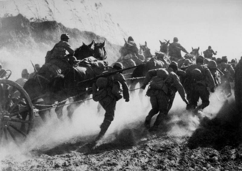 Подразделение японских артиллеристов на марше в южном Китае. 1938 г.