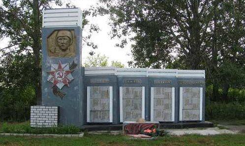 д. Бобровка Черемисиновского р-на. Памятник павшим воинам-односельчанам и братская могила воинов, в которой похоронено 454 советских воина, в т.ч. 442 неизвестных.