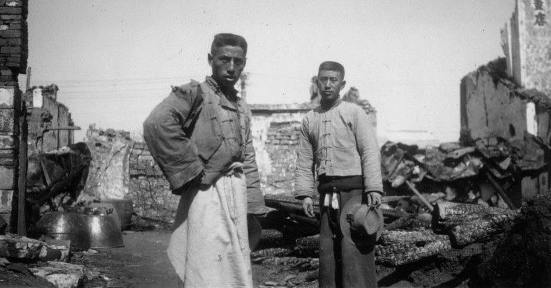 Два китайских мирных жителя у руин своего дома в южной части Нанкина. Март 1938 г.
