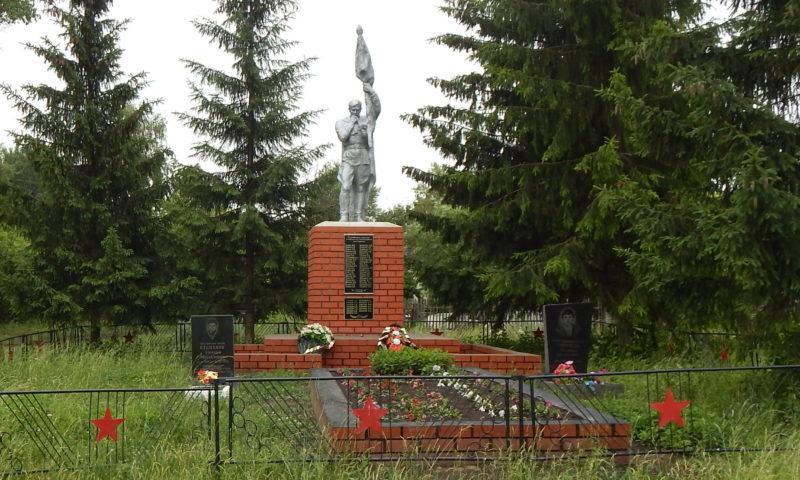 c. Исаково Черемисиновского р-на. Памятник у средней школы, установленный в 1966 году на братской могиле, в которой похоронено 293 советских воина, в т.ч. 291 неизвестный.