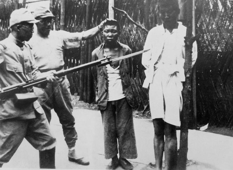 Японские военнослужащие издеваются над арестованными китайцами перед их казнью. Август 1938 г.