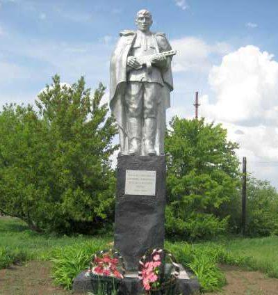 c. Михайловка Черемисиновского р-на. Памятник у школы воинам-землякам, павшим в годы войны.