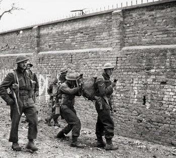 Использование рации во время наступления в Ортоне, Италия. 21 декабря 1943 г.