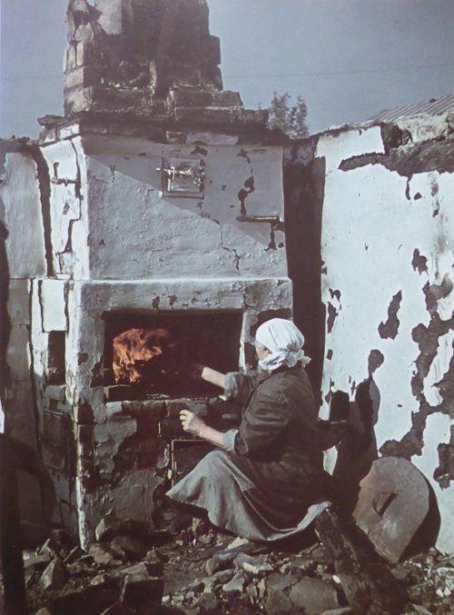 Местные жители на развалинах своих домов. Октябрь 1942 г.