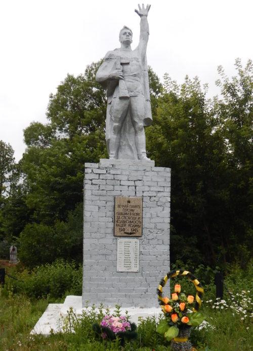 c. Михайловское Черемисиновского р-на. Памятник, установленный в 1976 году на братской могиле, в которой похоронено 27 советских воина, в т.ч. 26 неизвестных.