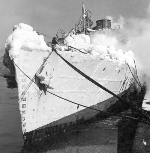 Канадский корвет «Шавиниган», покрытый льдом у причала порта Галифакс. Декабрь 1943 г.