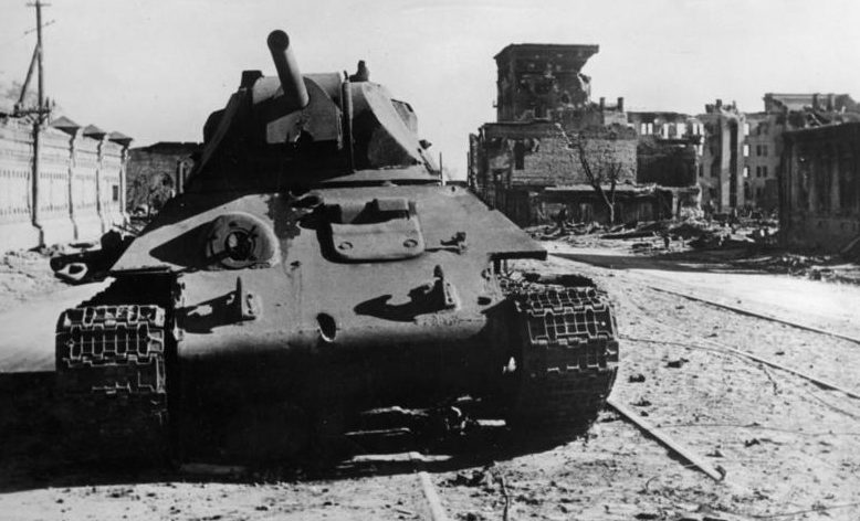 Подбитый танк Т-34 на улице города. 10 октября 1942 г.