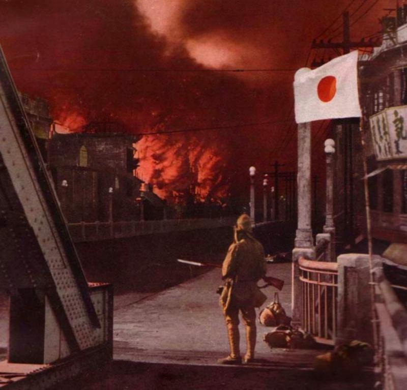 Японский солдат наблюдает за пожаром в китайском городе. 1938 г.