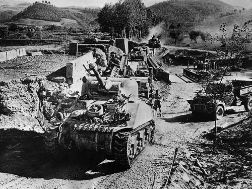 Канадские войска и танки M4 «Sherman» наступают через реку Сито, к востоку от Флоренции, Италия. 1943 г.