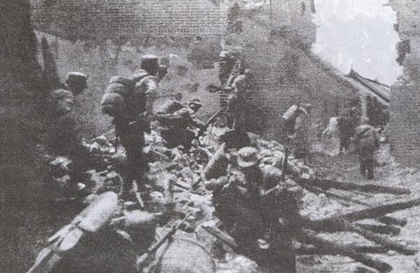 Китайские солдаты ведут бои в Тайержуане. Март 1938 г.