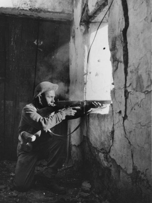 Канадский солдат в уличном бою в итальянском городке Купа. 1943 г.
