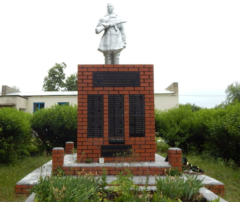 c. Стаканово Черемисиновского р-на. Памятник, установленный в 1965 году на братской могиле, в которой похоронено 824 советских воина, в т.ч. 791 неизвестный.