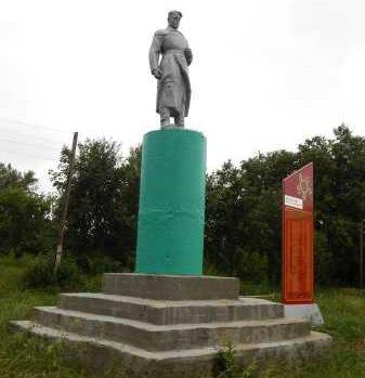 c. Удерево Черемисиновского р-на. Памятник у средней школы, установленный на братской могиле, в которой похоронено 12 советских воинов.
