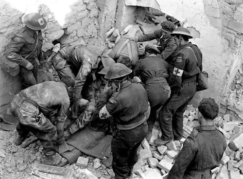 Солдаты и медики выкапывают раненого в Ортоне. Италия. 1943 г.