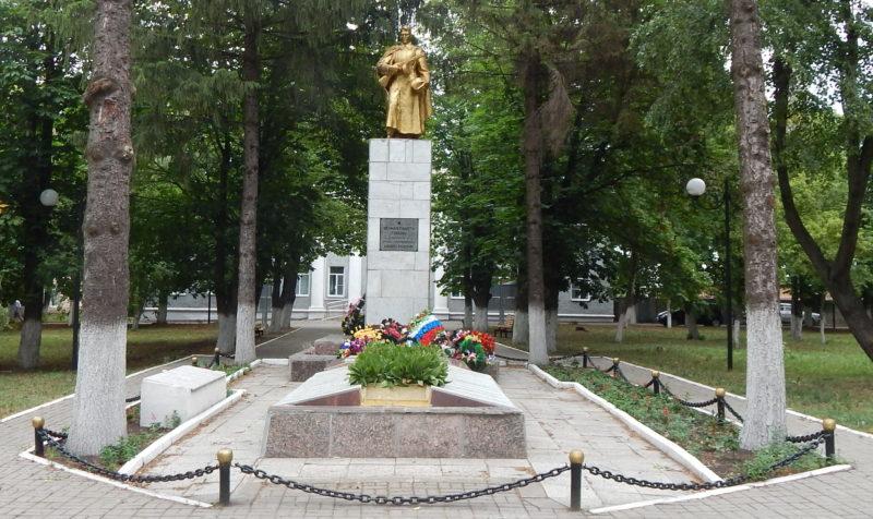 п. Черемисиново. Памятник, установленный в 1951 году на братской могиле, в которой похоронено 1013 советских воинов, в т.ч. 620 неизвестных.