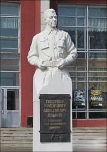 п. Черемисиново. Памятник, открытый в 2006 году дважды Герою Советского Союза генерал-полковнику А. И. Родимцеву, командиру 13-й Гвардейской дивизии. Скульптор - А. Клыков.