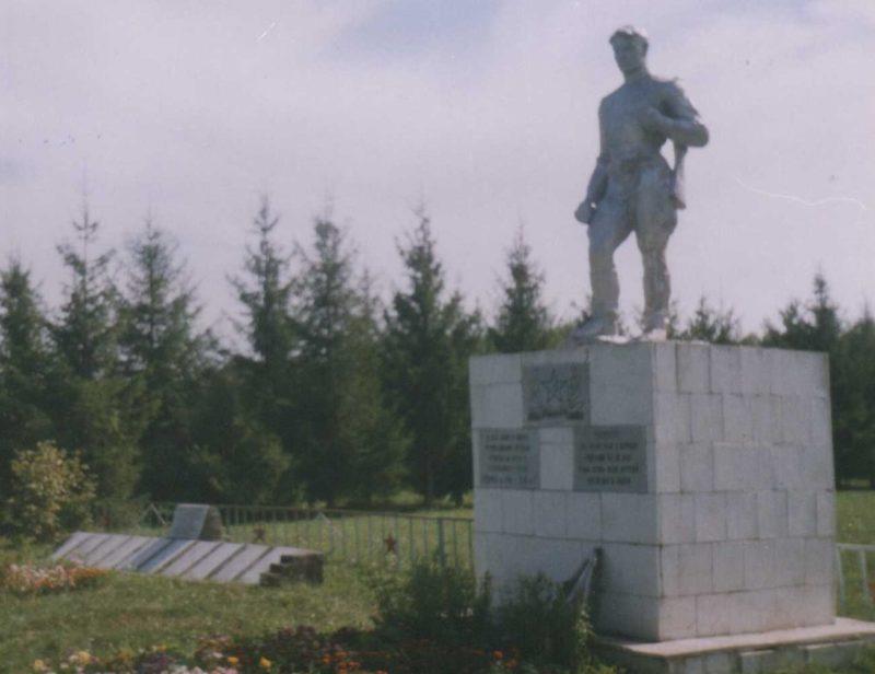 д. Касиновка Щигровского р-на. Памятник, установленный на братской могиле, в которой похоронено 22 советских воина 3-го кавкорпуса.