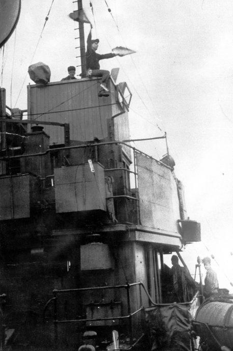 Матрос-сигнальщик канадского корвета «Коллинвуд» передает сообщение флажным семафором. 1943 г.