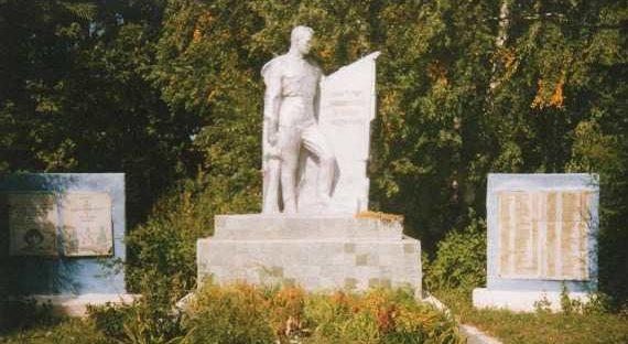 с. Косоржа Щигровского р-на. Памятник, установленный на братской могиле, в которой похоронено 40 советских воинов.