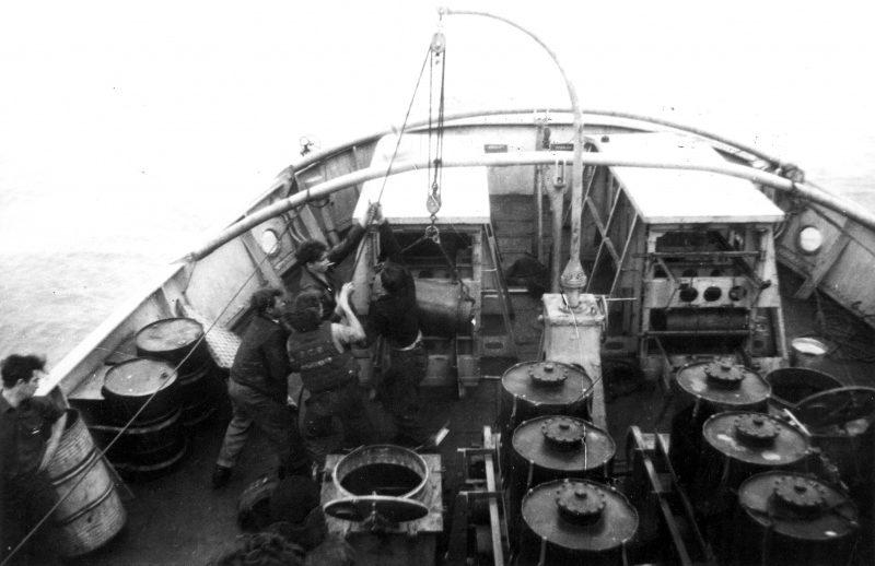 Матросы канадского корвета «Куиснэл» поднимают глубинную бомбу. 1943 г.