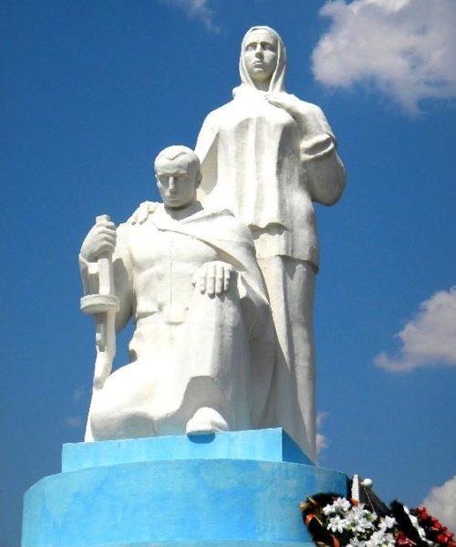 д. Кресты Щигровского р-на. Мемориальный комплекс в память земляков, погибших в годы войны.
