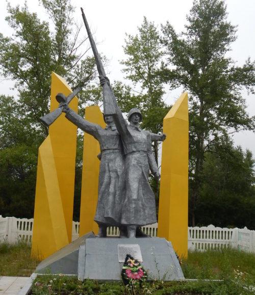 п. Плодовый Щигровского р-на. Памятник, установленный на братской могиле советских воинов 3-го кавкорпуса.