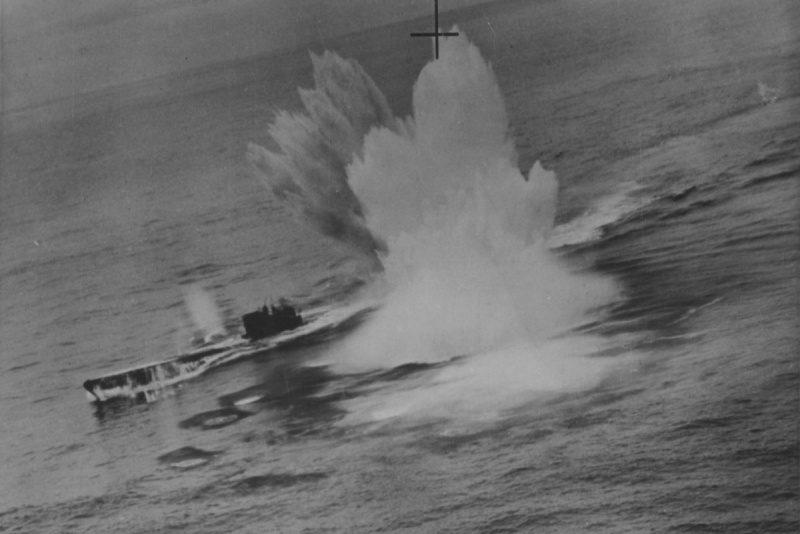 Бомбардировщик «Сазерленд» 422-й канадской эскадрильи атакует немецкую подлодку U-625 в северной Атлантике. 10 марта 1944 г.