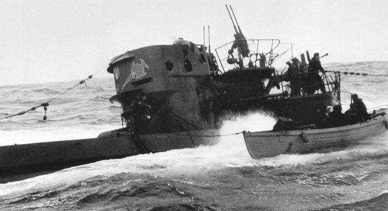 Канадские моряки высаживаются на борт немецкой подводной лодки U-744 в Северной Атлантике. 16 марта 1944 г.