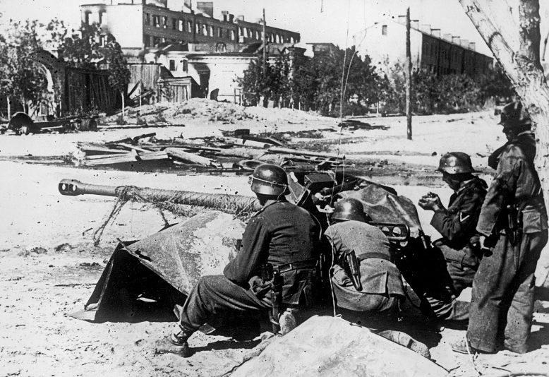 Расчет немецкого 50-мм противотанкового орудия в городе. Октябрь 1942 г.