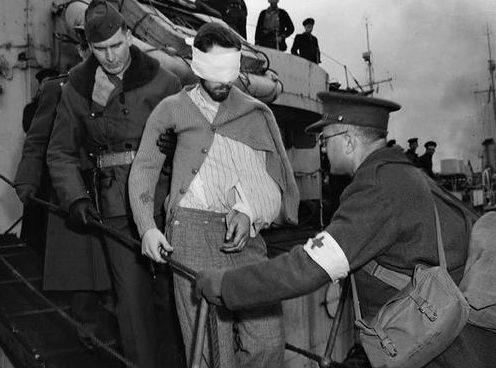 Раненый член экипажа немецкой подводной лодки U-845 в плену у канадцев. 27 марта 1944 г.
