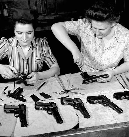 Сборка пистолетов на оружейном заводе в Торонто. Апрель 1944 г.