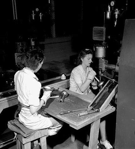 Сборка противотанковых ружей «Пиат». Орила, Онтарио. Апрель 1944 г.