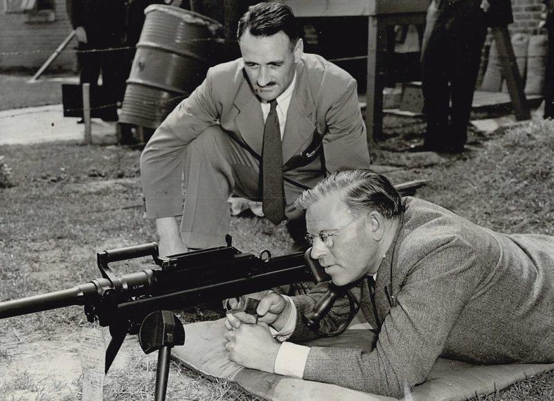 Член парламента Канады на оружейном заводе. Май, 1944 г.
