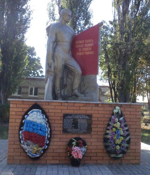 г. Щигры. Памятник у средней школы, установленный в 1963 году на братской могиле, в которой похоронено 160 советских воинов, в т.ч. 83 неизвестных.