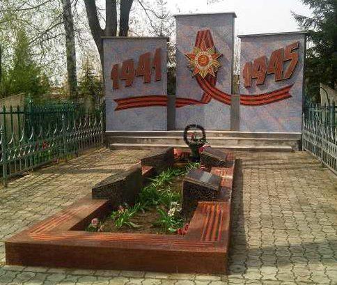 г. Щигры. Памятник, установленный в 1962 году на братской могиле, в которой похоронено 89 советских воинов, в т.ч. 53 неизвестных.