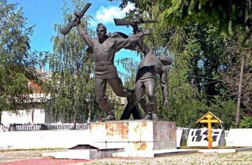 г. Щигры. Памятник, установленный в 1962 году на братской могиле, в которой похоронено 64 советских воинов, в т.ч. 20 неизвестных.