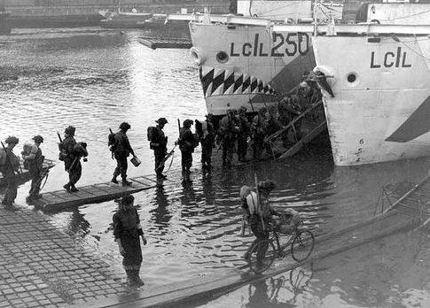 Посадка пехотинцев на рассвете на борт LCI. 4 июня 1944 г.