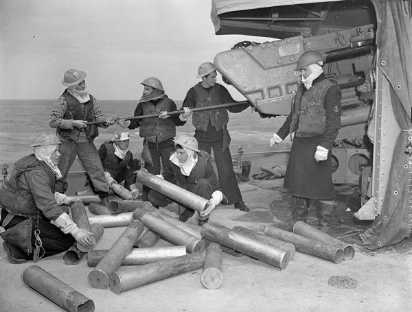 Эсминец «Algonquin» огнем поддерживает высадку десанта в Нормандии. 6 июня 1944 г.