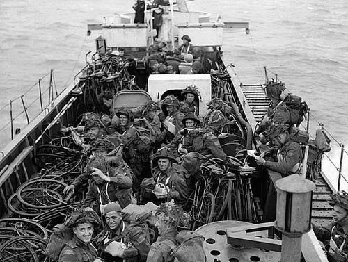 Канадские пехотинцы на борту LCI в Ла-Манше по пути в Нормандию. 6 июня 1944 г.
